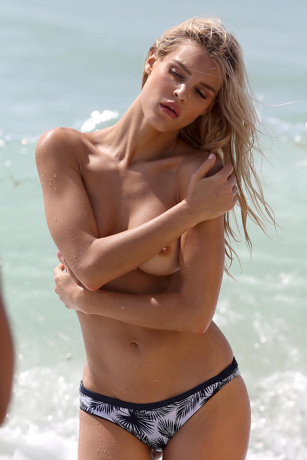Η Joy Corrigan topless